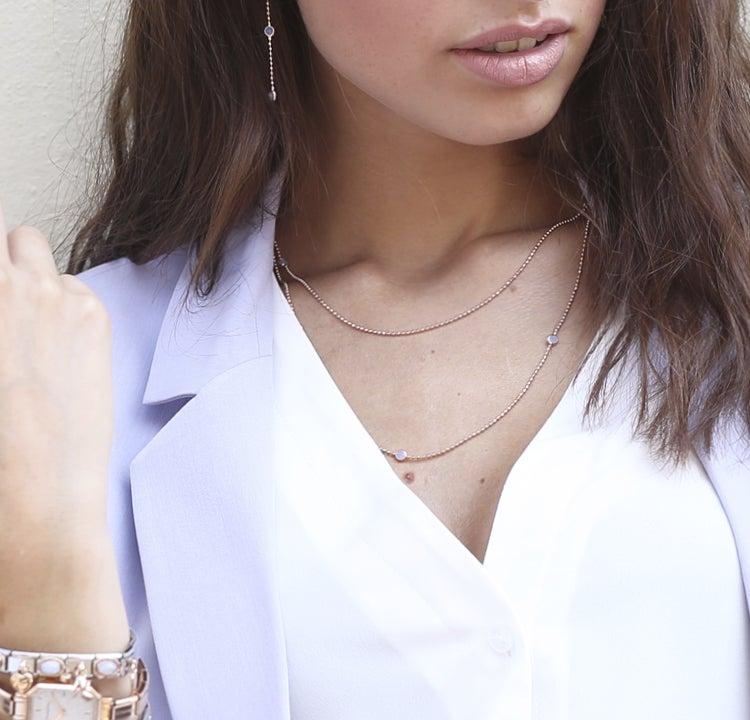 5 Möglichkeiten, eine lange Halskette zu tragen