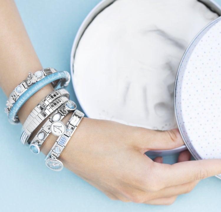 Tendances bijoux : les bracelets avec les pendentifs se portent par deux