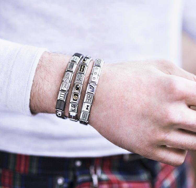 Schmuck für Männer: Wie man für jedes Outfit die richtigen Armbänder wählt